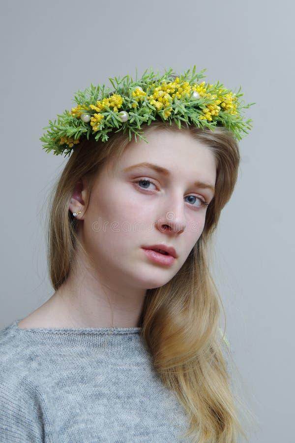 Πορτρέτο ενός κοριτσιού σε ένα στεφάνι άνοιξη των λουλουδιών στοκ φωτογραφία με δικαίωμα ελεύθερης χρήσης