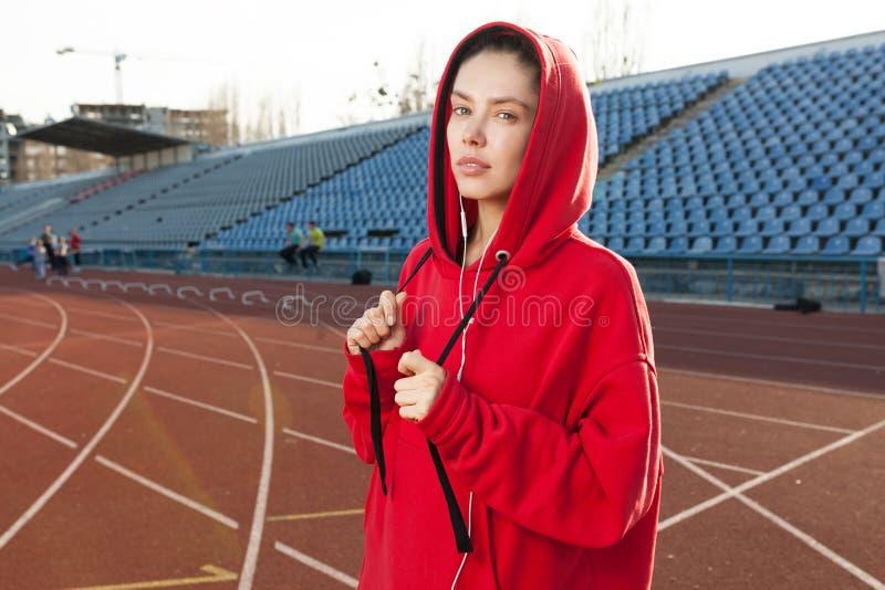 Πορτρέτο ενός όμορφου καυκάσιου αθλητή κοριτσιών στοκ φωτογραφία με δικαίωμα ελεύθερης χρήσης