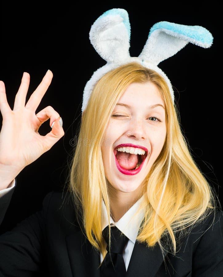 Πορτρέτο μιας ευτυχούς γυναίκας στο κλείσιμο του ματιού αυτιών λαγουδάκι Κινηματογράφηση σε πρώτο πλάνο που κλείνει το μάτι του π στοκ φωτογραφία με δικαίωμα ελεύθερης χρήσης