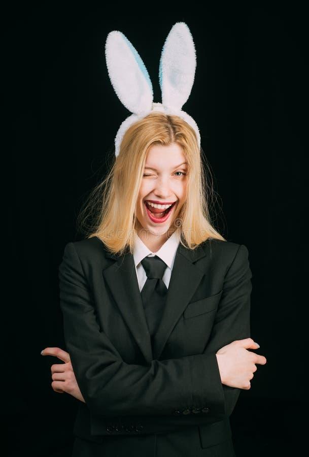 Πορτρέτο μιας ευτυχούς γυναίκας στο κλείσιμο του ματιού αυτιών λαγουδάκι Κινηματογράφηση σε πρώτο πλάνο που κλείνει το μάτι του π στοκ εικόνα με δικαίωμα ελεύθερης χρήσης