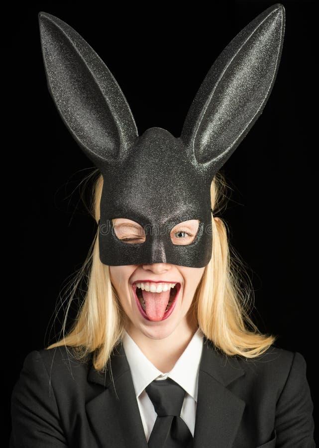 Πορτρέτο μιας ευτυχούς γυναίκας στο κλείσιμο του ματιού αυτιών λαγουδάκι Κινηματογράφηση σε πρώτο πλάνο που κλείνει το μάτι του π στοκ εικόνες