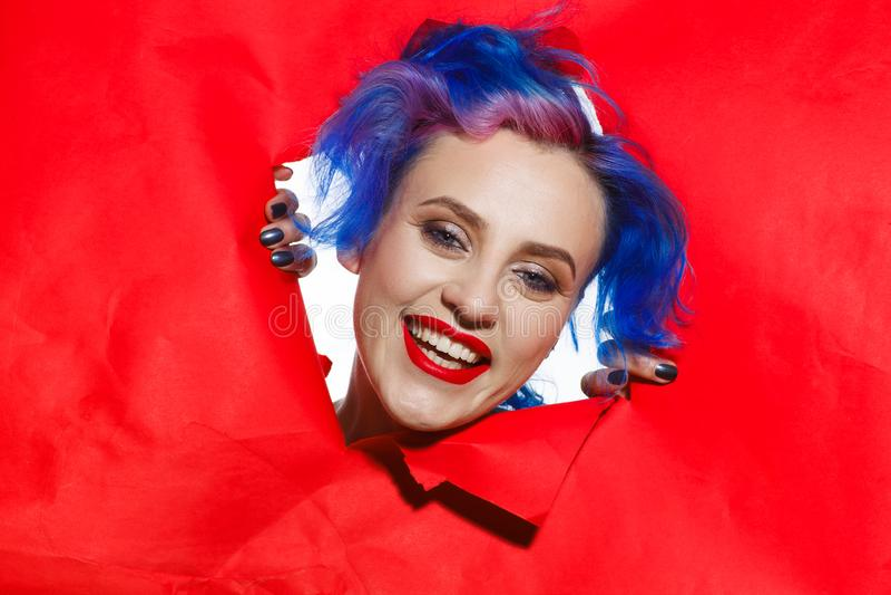 Πορτρέτο μιας υπερβολικής γυναίκας με την μπλε τρίχα και τα κόκκινα χείλια συναισθηματικά στοκ φωτογραφίες με δικαίωμα ελεύθερης χρήσης