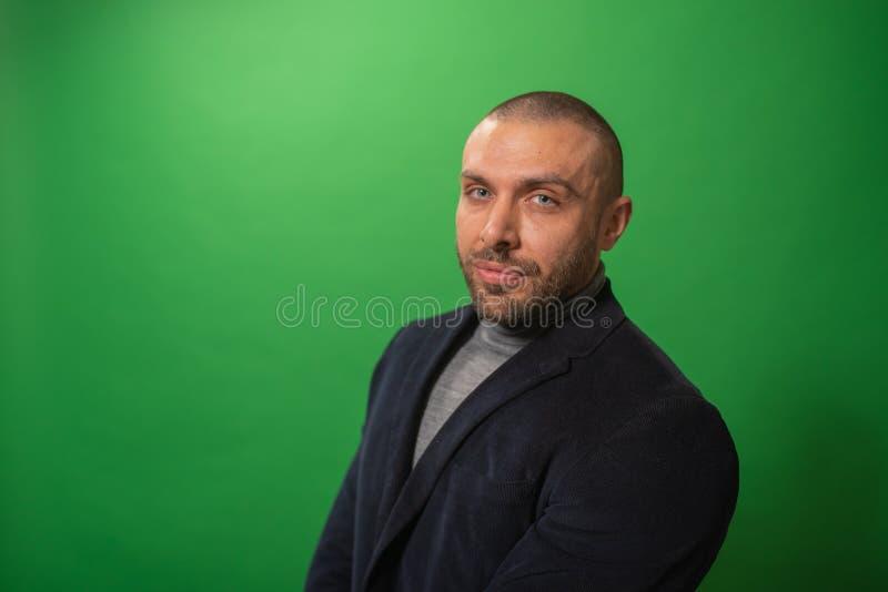 Πορτρέτο μόδας στούντιο σε μονοχρωματικό Κομψό νέο όμορφο σοβαρό στούντιο ατόμων iin με το πράσινο υπόβαθρο στοκ φωτογραφίες με δικαίωμα ελεύθερης χρήσης