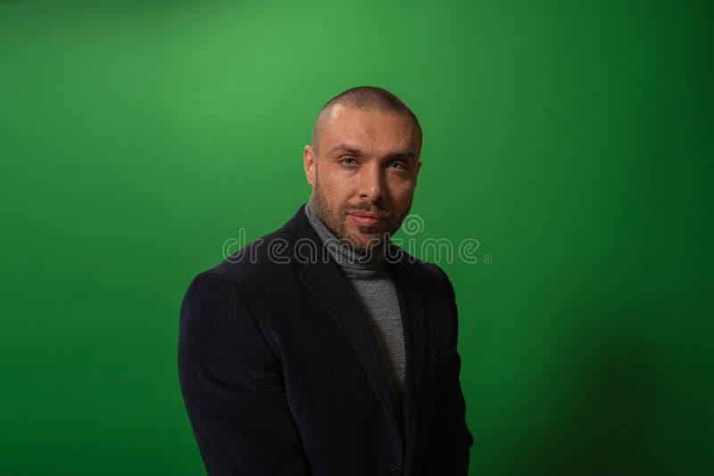 Πορτρέτο μόδας στούντιο σε μονοχρωματικό Κομψό νέο όμορφο σοβαρό στούντιο ατόμων iin με το πράσινο υπόβαθρο στοκ φωτογραφία με δικαίωμα ελεύθερης χρήσης