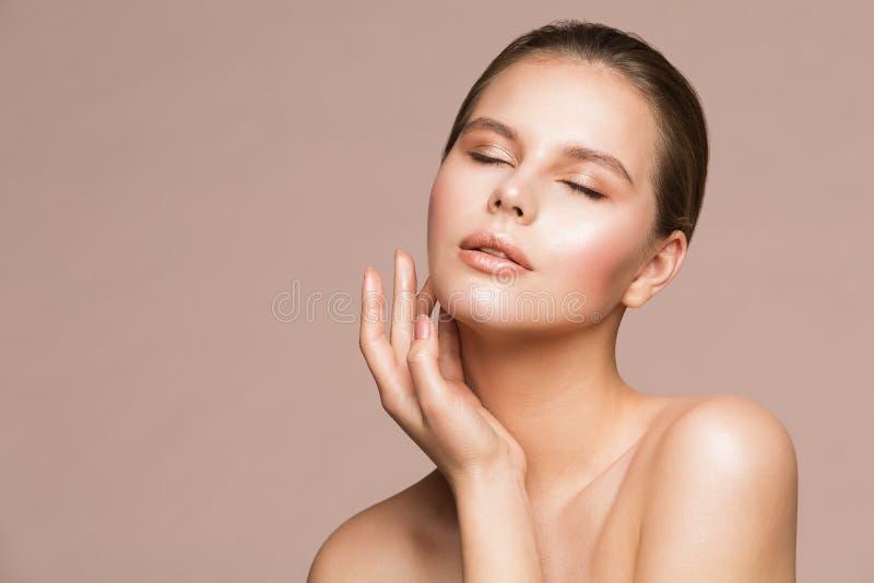 Πορτρέτο ομορφιάς γυναικών, όμορφο πρότυπο σχετικά με το λαιμό με το χέρι, φροντίδα δέρματος και επεξεργασία στοκ εικόνα