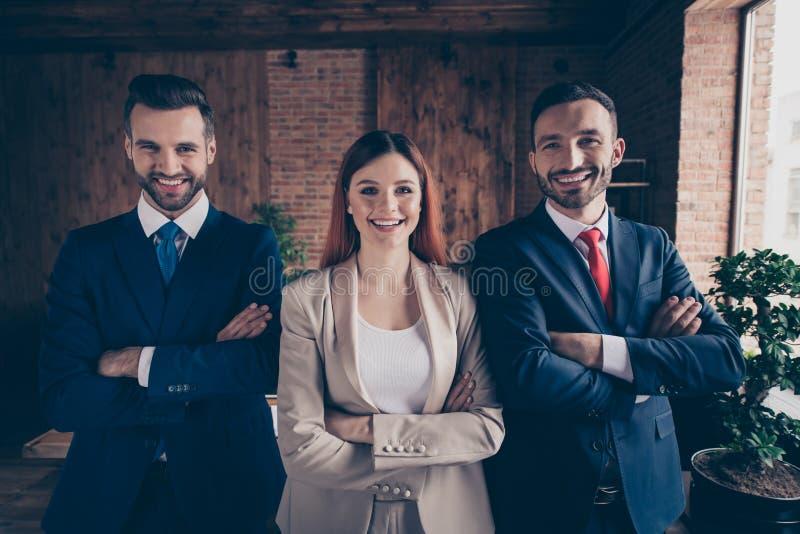 Πορτρέτο δικοί του αυτή αυτή τρεις συμπαθητικοί ικανοποιημένοι κομψοί μοντέρνοι όμορφοι όμορφοι εύθυμοι τοπ διευθυντές διέσχισε τ στοκ εικόνες
