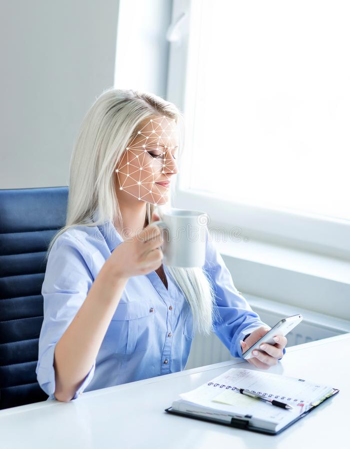 Πορτρέτο της ελκυστικής γυναίκας με ένα scnanning πλέγμα στο πρόσωπό της Ταυτότητα προσώπου, ασφάλεια, του προσώπου αναγνώριση, μ στοκ φωτογραφίες με δικαίωμα ελεύθερης χρήσης