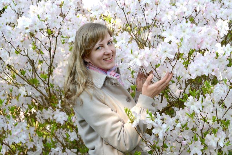 Πορτρέτο της νέας γυναίκας μεταξύ των άσπρων χρωμάτων rhododendron Shlippenbakh στοκ φωτογραφία με δικαίωμα ελεύθερης χρήσης