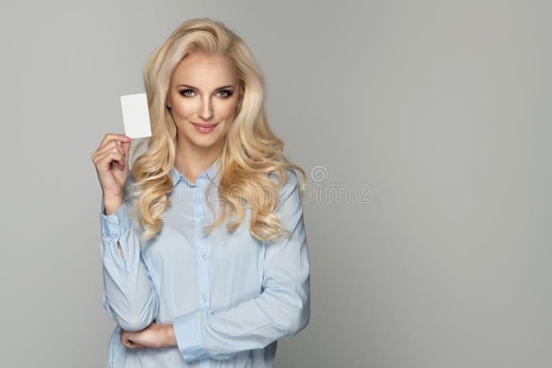 Πορτρέτο της νέας χαμογελώντας επιχειρησιακής γυναίκας στοκ εικόνες