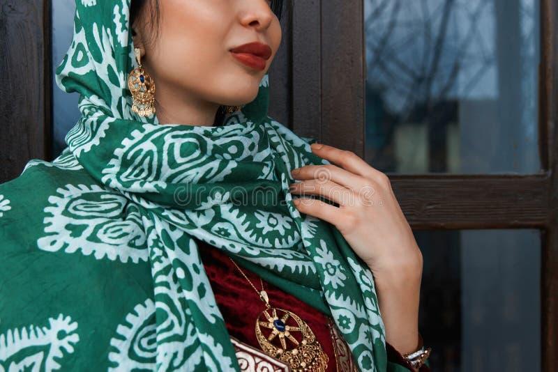 Πορτρέτο της όμορφης Μεσο-Ανατολικής γυναίκας που φορά το παραδοσιακό φόρεμα στοκ εικόνες