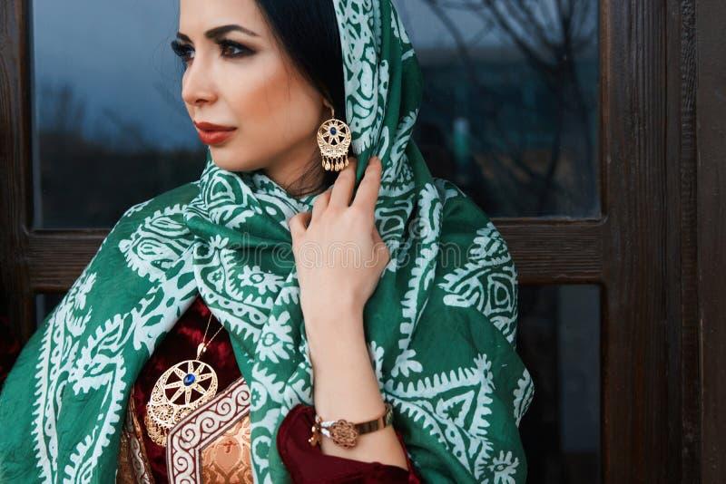 Πορτρέτο της όμορφης Μεσο-Ανατολικής γυναίκας που φορά το παραδοσιακό φόρεμα στοκ φωτογραφίες με δικαίωμα ελεύθερης χρήσης