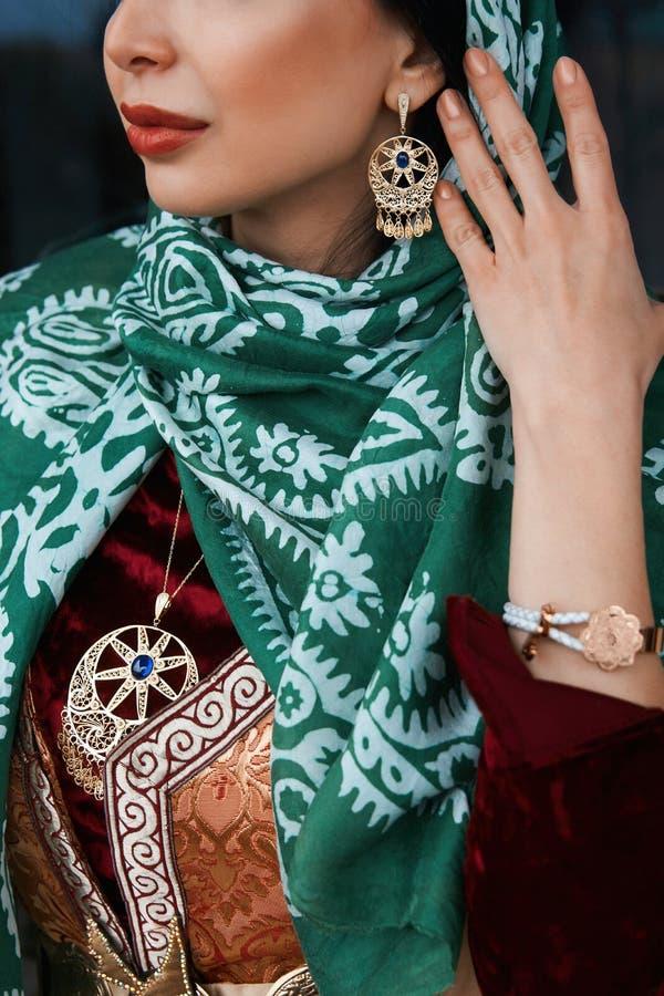 Πορτρέτο της όμορφης Μεσο-Ανατολικής γυναίκας που φορά το παραδοσιακό φόρεμα στοκ εικόνα
