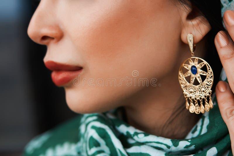 Πορτρέτο της όμορφης Μεσο-Ανατολικής γυναίκας που φορά το παραδοσιακό φόρεμα στοκ εικόνες με δικαίωμα ελεύθερης χρήσης