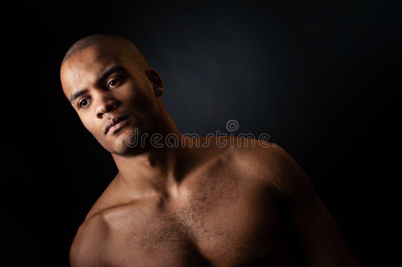 Πορτρέτο του αμερικανικού αρσενικού παίχτης μπάσκετ afro με μια σφαίρα στοκ φωτογραφίες