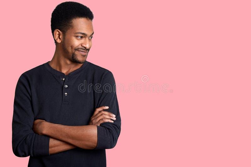 Πορτρέτο του βέβαιου χαρισματικού νέου όμορφου αρσενικού αφροαμερικάνων στο μαύρο περιστασιακό πουκάμισο με τα χέρια που διασχίζο στοκ φωτογραφία με δικαίωμα ελεύθερης χρήσης