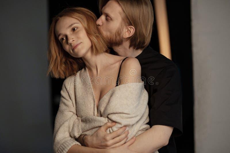 Πορτρέτο του ζεύγους, το ένα κοντά στο άλλο, αγκάλιασμα στοκ εικόνες
