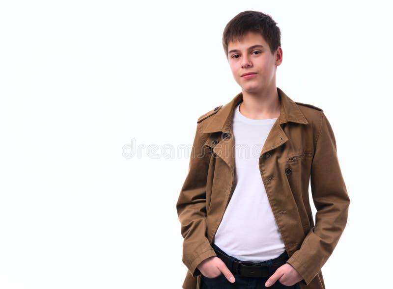 Πορτρέτο του καυκάσιου αγοριού εφήβων στο άσπρο υπόβαθρο στοκ φωτογραφία με δικαίωμα ελεύθερης χρήσης