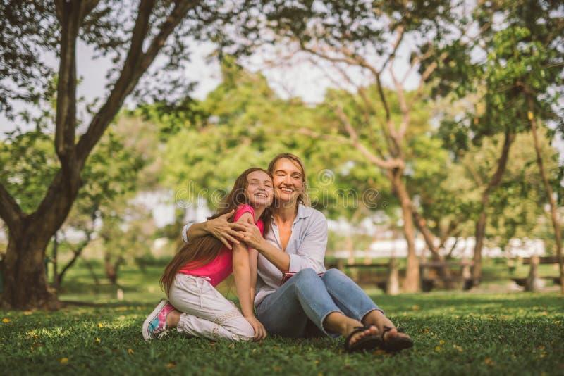Πορτρέτο του νέου ευτυχούς όμορφου αγκαλιάσματος μητέρων και κορών στοκ φωτογραφία με δικαίωμα ελεύθερης χρήσης