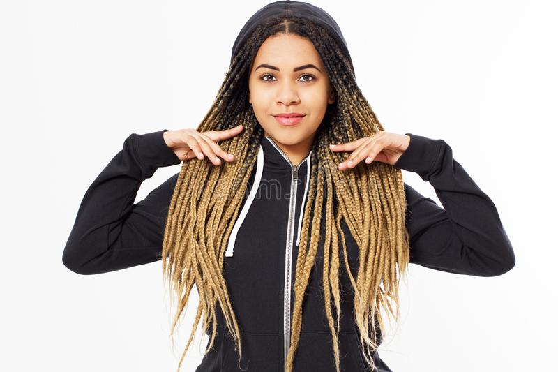 Πορτρέτο του νέου κοριτσιού εφήβων afro αμερικανικού που φορά μαύρο hoody στοκ εικόνες