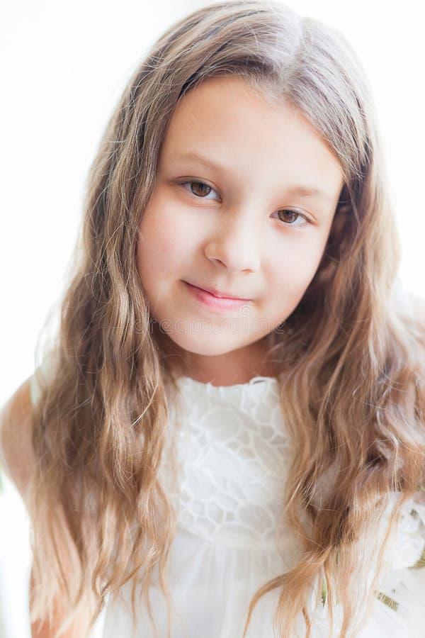 Πορτρέτο του όμορφου μικρού κοριτσιού στο άσπρο φόρεμα στοκ φωτογραφίες με δικαίωμα ελεύθερης χρήσης