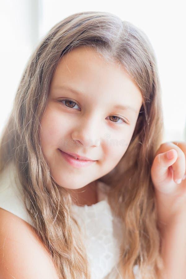 Πορτρέτο του όμορφου μικρού κοριτσιού στο άσπρο φόρεμα στοκ εικόνες με δικαίωμα ελεύθερης χρήσης