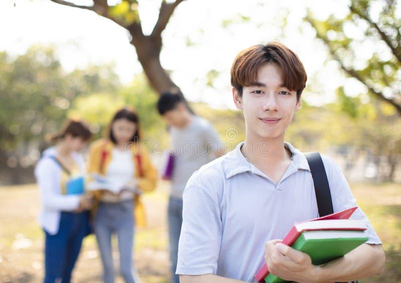 Πορτρέτο του φοιτητή πανεπιστημίου στην πανεπιστημιούπολη στοκ φωτογραφία με δικαίωμα ελεύθερης χρήσης