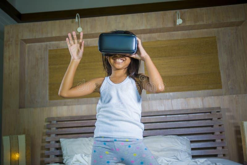Πορτρέτο τρόπου ζωής του νέου ευτυχούς και συγκινημένου κοριτσιού που φορά την κάσκα συσκευών προστατευτικών διόπτρων VR που παίζ στοκ φωτογραφία με δικαίωμα ελεύθερης χρήσης