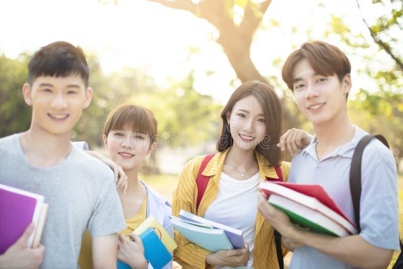 Πορτρέτο των φοιτητών πανεπιστημίου στην πανεπιστημιούπολη στοκ φωτογραφίες με δικαίωμα ελεύθερης χρήσης