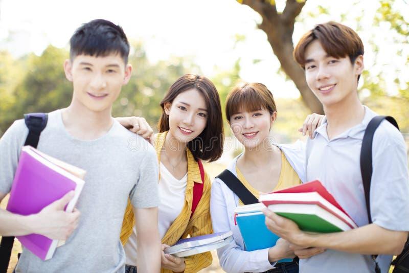 Πορτρέτο των φοιτητών πανεπιστημίου στην πανεπιστημιούπολη στοκ εικόνα