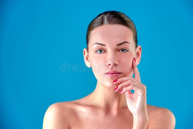 Πορτρέτο προσώπου γυναικών ομορφιάς Beautiful spa πρότυπο κορίτσι με το τέλειο φρέσκο καθαρό δέρμα Θηλυκό Brunette που εξετάζει τ στοκ εικόνα