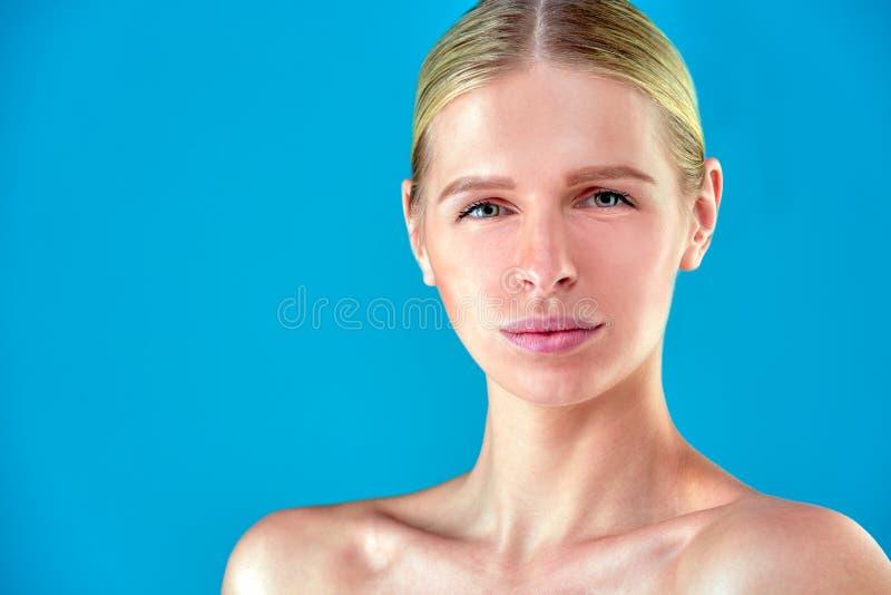 Πορτρέτο προσώπου γυναικών ομορφιάς Beautiful spa πρότυπο κορίτσι με το τέλειο φρέσκο καθαρό δέρμα Ξανθό θηλυκό που εξετάζει τη κ στοκ εικόνες