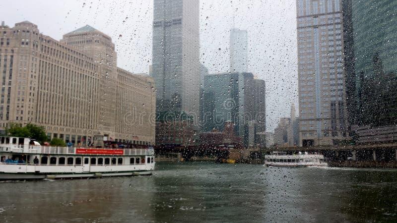 Ποταμός του Σικάγου στη βροχή στοκ εικόνες