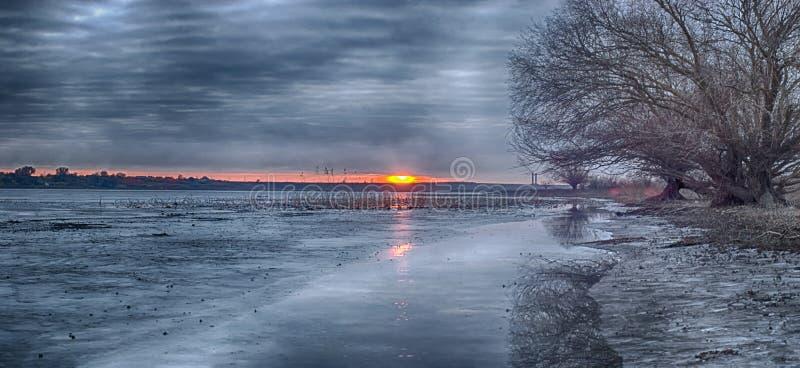 Ποταμός χειμερινών τοπίων στην περιοχή του Αστραχάν Μετά από να αλιεύσει στοκ φωτογραφία με δικαίωμα ελεύθερης χρήσης