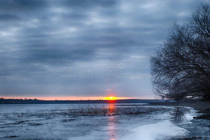 Ποταμός χειμερινών τοπίων στην περιοχή του Αστραχάν Μετά από να αλιεύσει στοκ εικόνες