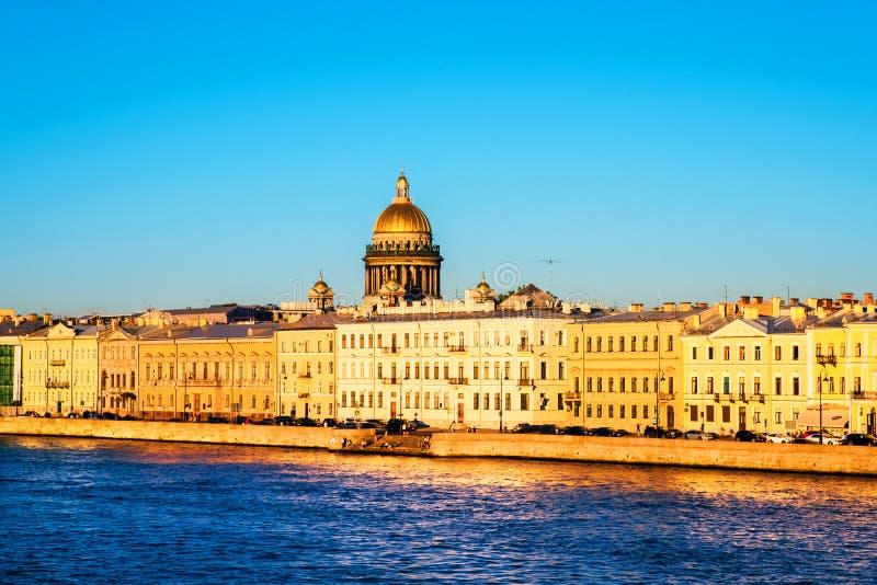 Ποταμός Moyka σε Άγιο Πετρούπολη, Ρωσία κατά τη διάρκεια μιας ηλιόλουστης ημέρας, ιστορικά κτήρια στοκ φωτογραφία με δικαίωμα ελεύθερης χρήσης