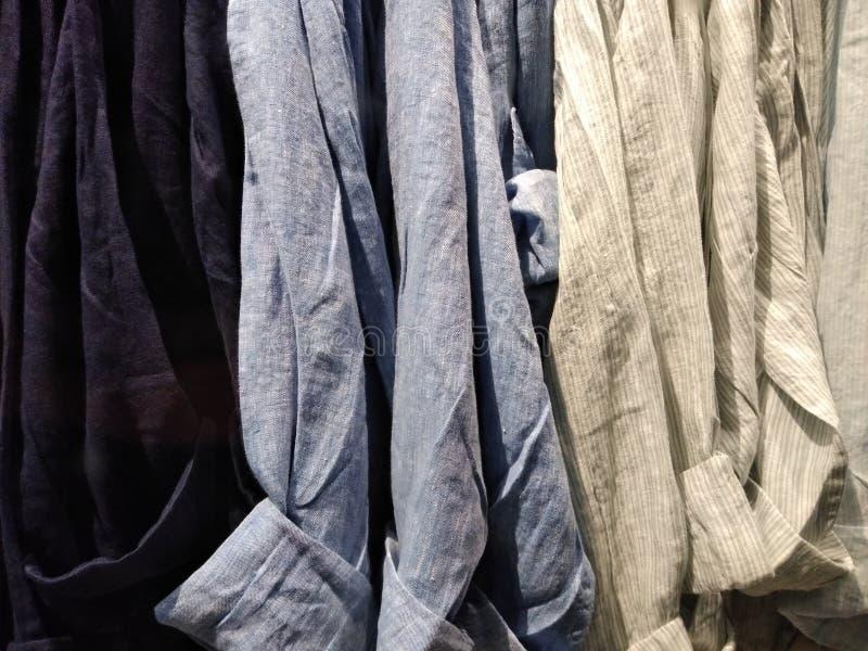 Πουκάμισα, πουκάμισα που κρεμιούνται στις κρεμάστρες σε ένα ράφι ιματισμού στοκ φωτογραφίες με δικαίωμα ελεύθερης χρήσης
