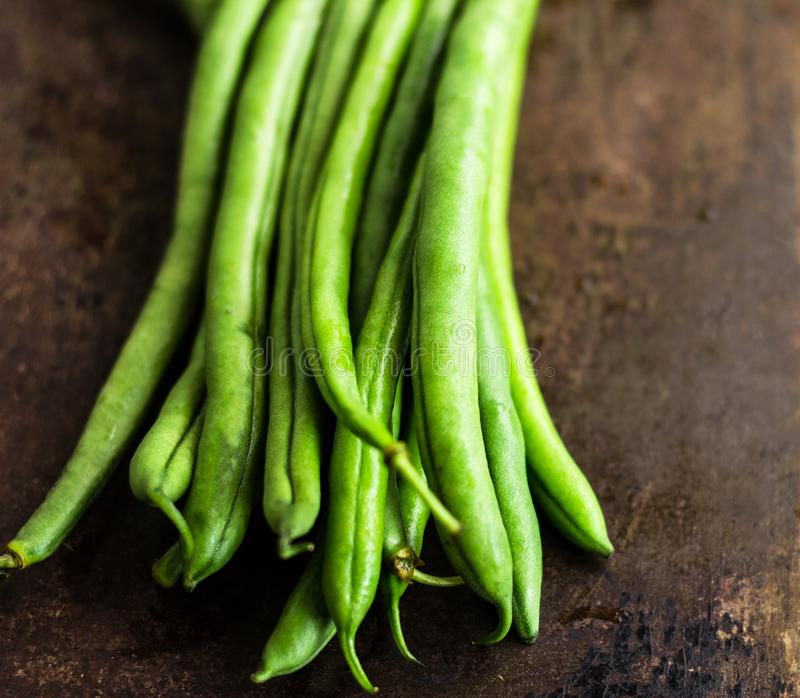 Πράσινα φασόλια στο σκοτεινό υπόβαθρο - υγιές λαχανικό καρδιών ινών πλούσιο στοκ φωτογραφίες