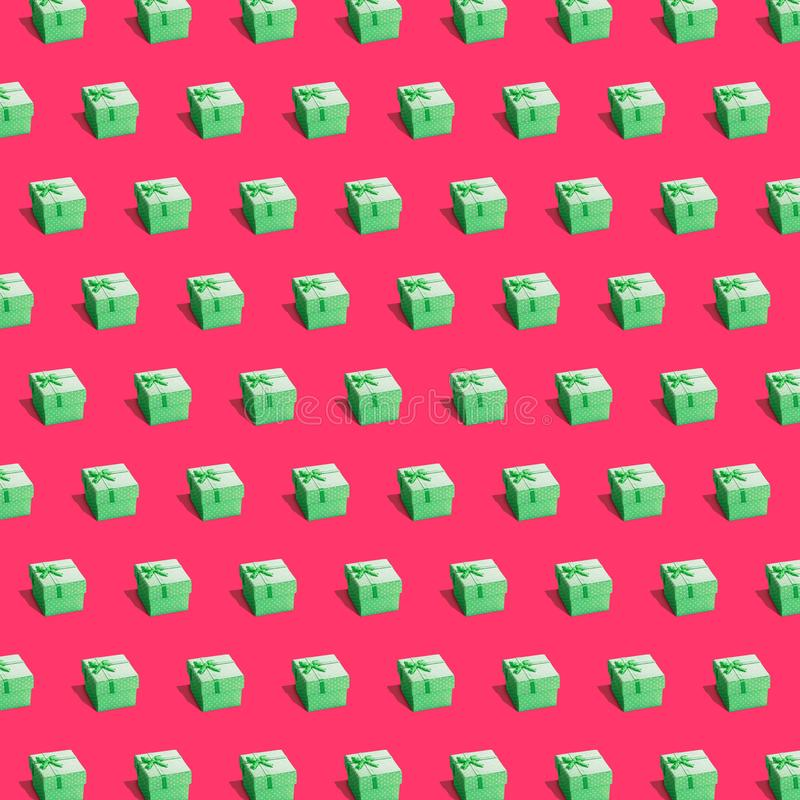 Πράσινα παρόντα κιβώτια επάνω βαθιά - κόκκινο υπόβαθρο στοκ φωτογραφίες