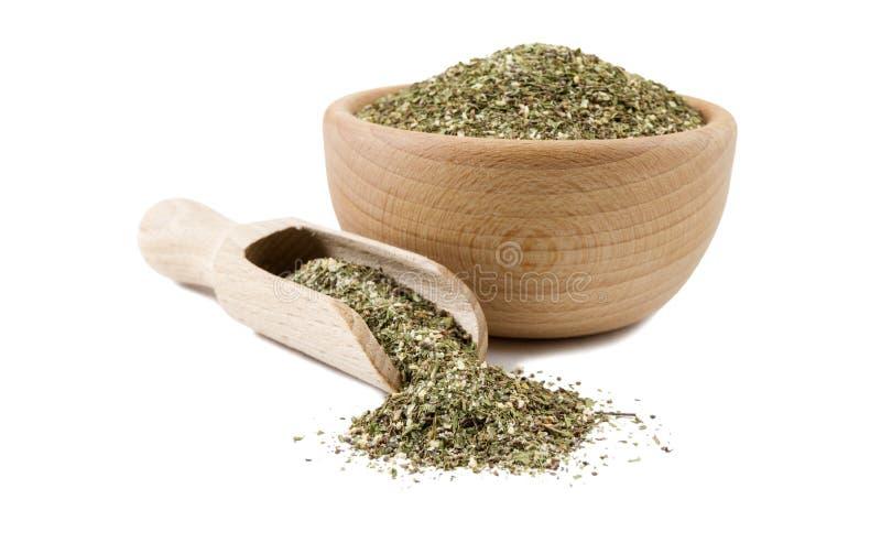 Πράσινο αλμυρό μίγμα ή Chubritsa στο ξύλινο κύπελλο και σέσουλα που απομονώνεται στο άσπρο υπόβαθρο Καρυκεύματα και συστατικά τρο στοκ φωτογραφίες