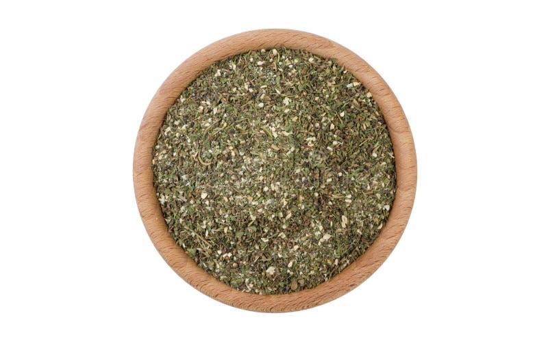 Πράσινο αλμυρό μίγμα ή Chubritsa στο ξύλινο κύπελλο που απομονώνεται στο άσπρο υπόβαθρο Καρυκεύματα και συστατικά τροφίμων στοκ φωτογραφία με δικαίωμα ελεύθερης χρήσης