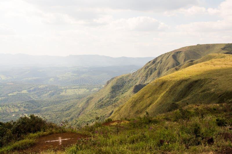 Πράσινο ορεινό τοπίο με το μερικώς καλυμμένο ουρανό στοκ εικόνες