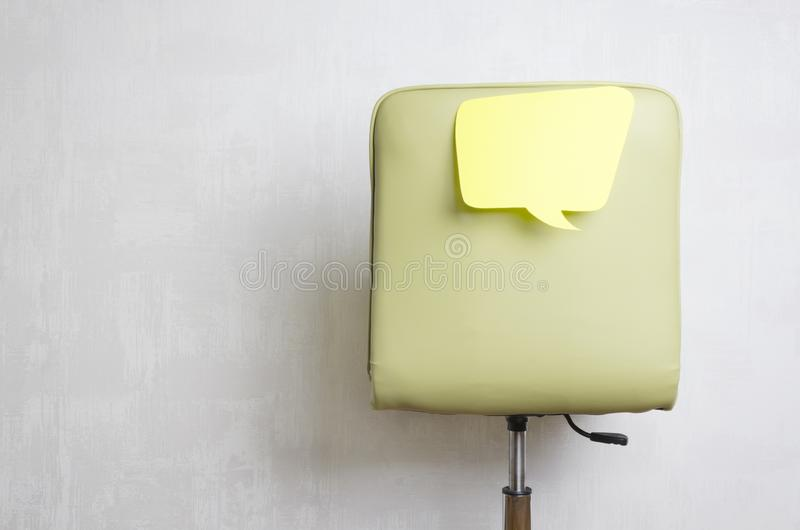 Πράσινο πίσω μέρος του καθίσματος και σκεπτόμενης της κενό φυσαλίδας Υπάλληλος που σκέφτεται και που δημιουργεί τη νέα ιδέα στοκ εικόνες με δικαίωμα ελεύθερης χρήσης