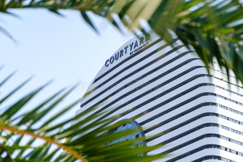 Προαύλιο από Marriott το σημάδι, στο πλαίσιο των φύλλων φοινικών στοκ φωτογραφία με δικαίωμα ελεύθερης χρήσης