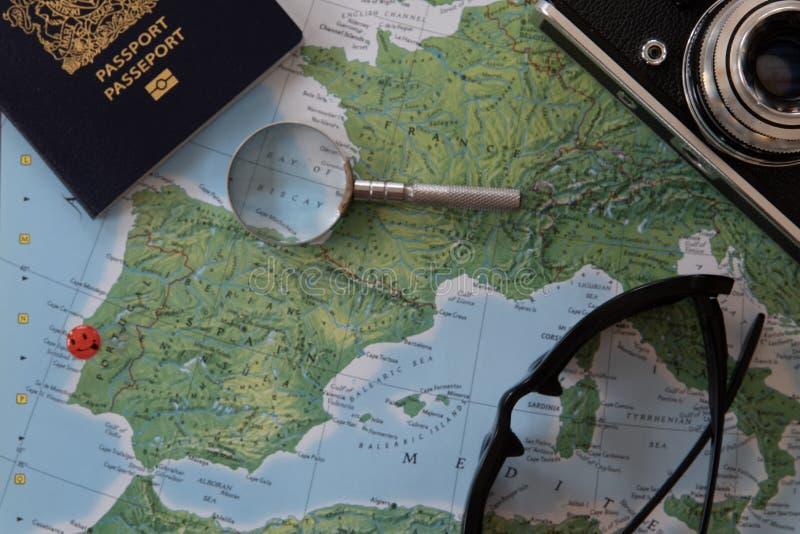 Προγραμματισμός ενός ταξιδιού στην Πορτογαλία σε έναν παγκόσμιο χάρτη στοκ εικόνες
