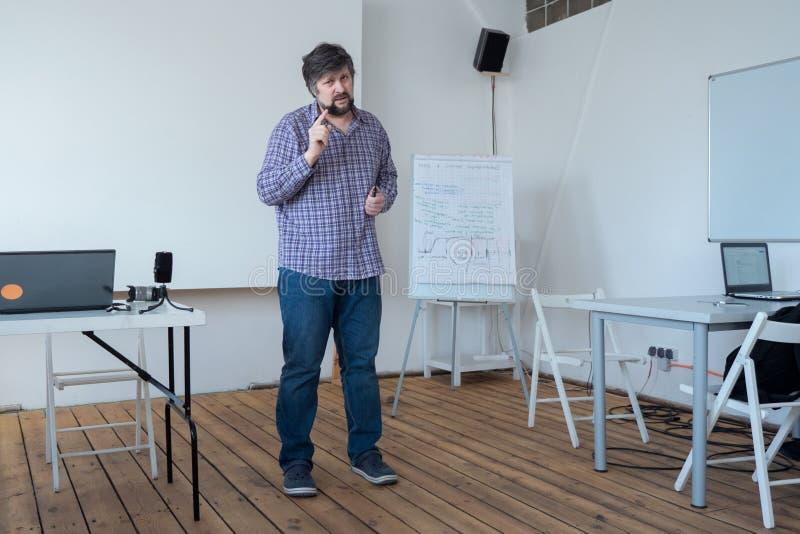 Προγραμματιστής, αρχιτέκτονας που μοιράζεται την εμπειρία του Πολιτικός τεχνικός που δίνει τα advices Πεπειραμένη διαβούλευση εργ στοκ φωτογραφία με δικαίωμα ελεύθερης χρήσης