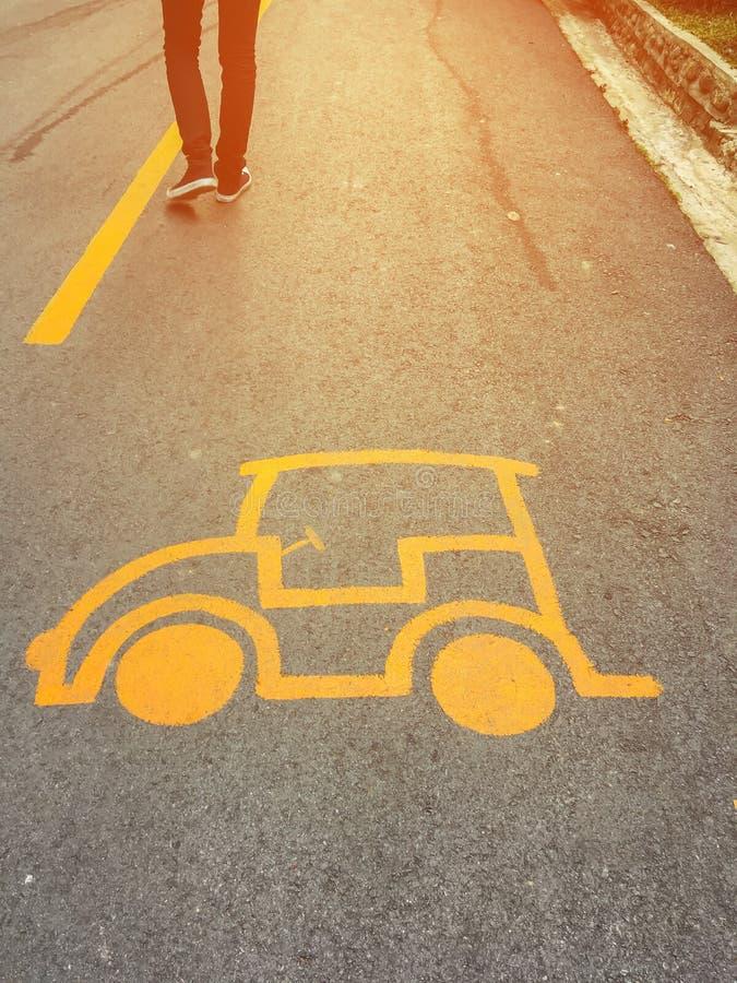 Προειδοποιητικό σημάδι αυτοκινήτων στο δρόμο ασφάλτου στοκ εικόνα με δικαίωμα ελεύθερης χρήσης