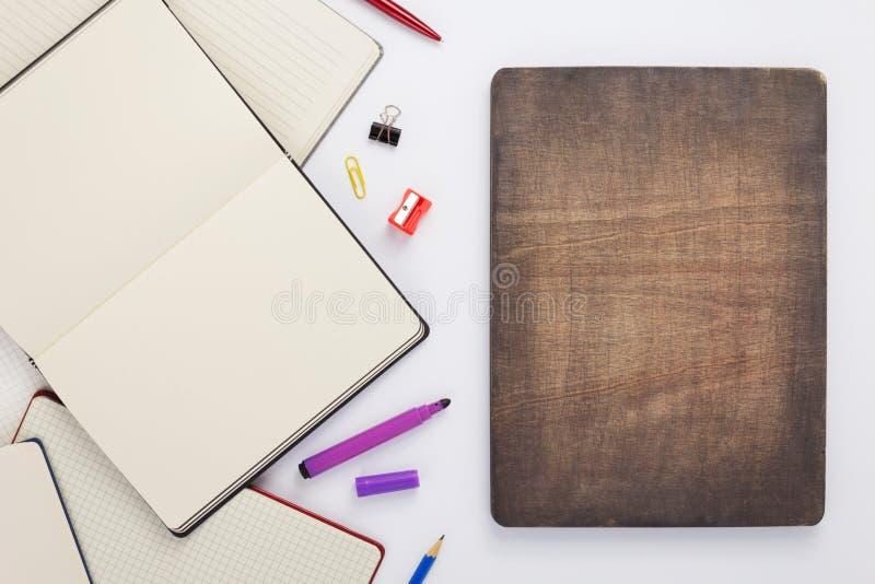 Προμήθειες σημειωματάριων και σχολείων εγγράφου στο λευκό στοκ φωτογραφία