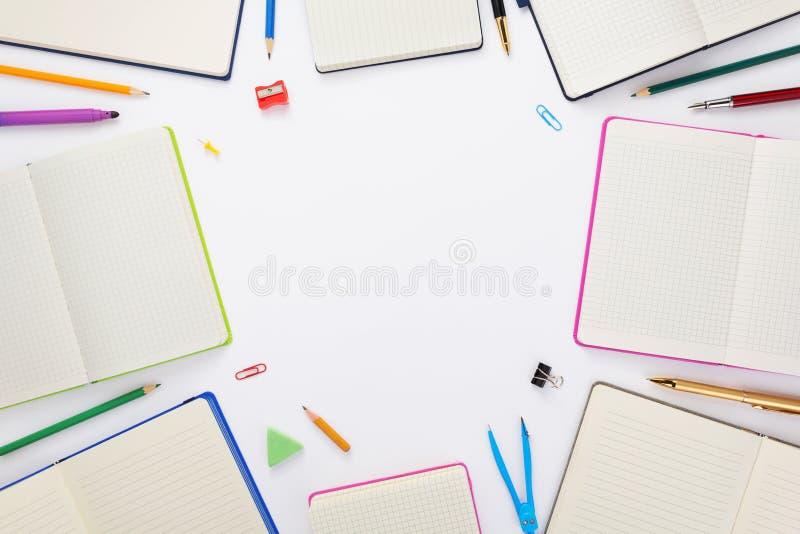 Προμήθειες σημειωματάριων και σχολείων εγγράφου στο λευκό στοκ φωτογραφίες με δικαίωμα ελεύθερης χρήσης