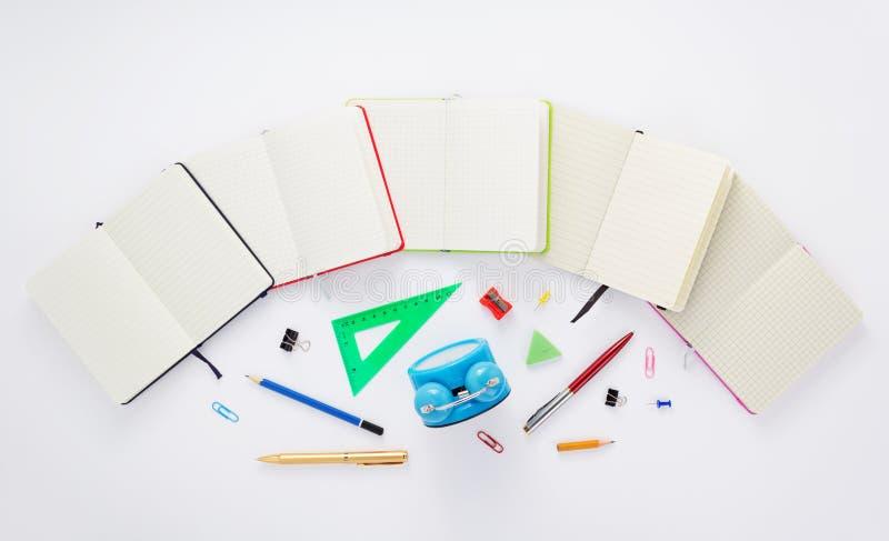 Προμήθειες σημειωματάριων και σχολείων στο λευκό στοκ φωτογραφίες