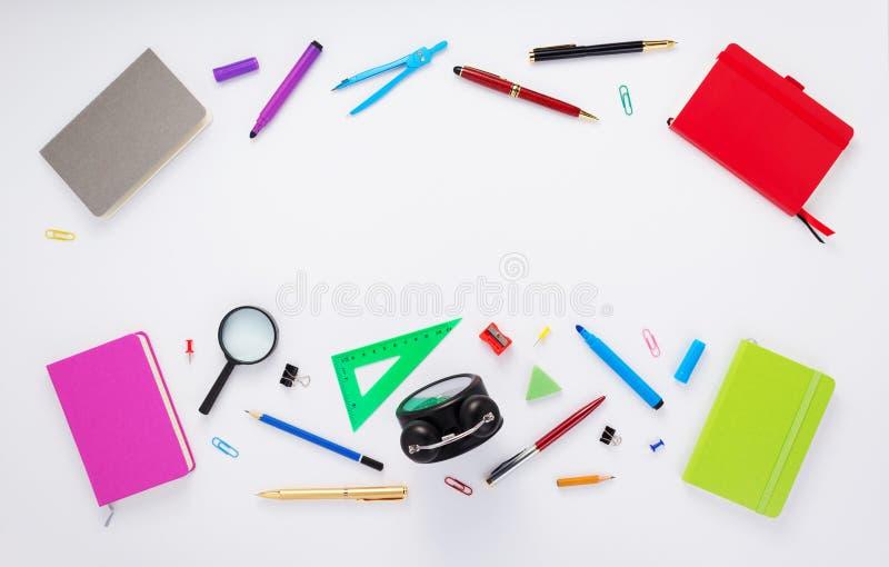 Προμήθειες σημειωματάριων και σχολείων στο λευκό στοκ φωτογραφία με δικαίωμα ελεύθερης χρήσης